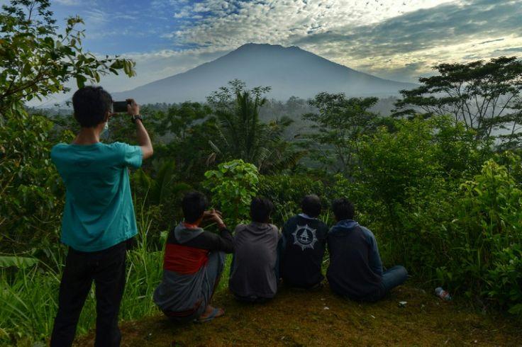 A Bali, des milliers de personnes fuient les alentours d'un volcan actif