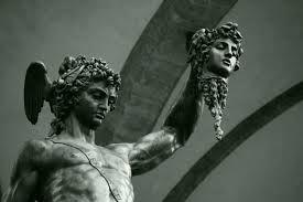 Mito de Perseu e Medusa parte 2: Quando Perseu tornou-se homem, Polidectes mandou-o combater Medusa, monstro terrível que devastava o país. Com ajuda de Atena, que lhe enviou seu escudo polido, e de Hermes, que lhe mandou suas sandálias aladas, aproximou-se de Medusa enquanto ela dormia e tomando cuidado de não olhar diretamente para o monstro, cortou-lhe a cabeça e ofereceu a Minerva, que passou a trazê-la presa no meio da Égide.