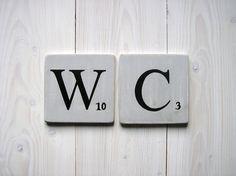 Lettres décoratives en bois patiné façon scrabble gris souris  WC.  Visitez la nouvelle boutique : http://expressiondeco.pswebshop.com/