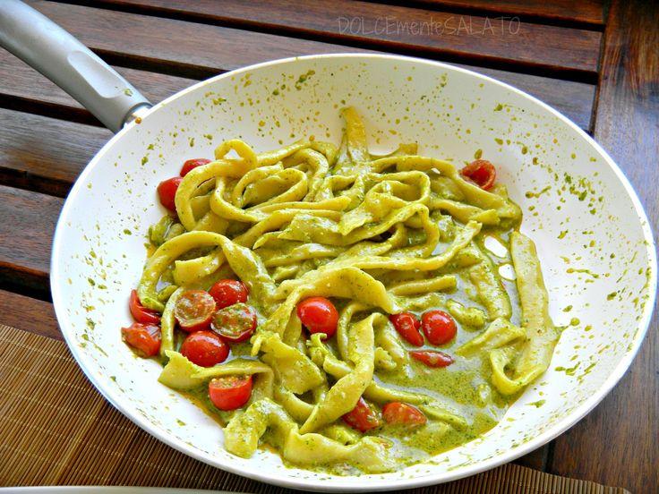 Ricette vegetariane di Primavera come le pappardelle al pesto di ortiche per un piatto ricco di vitamine e di gusto con ortiche, pomodorini e pecorino.