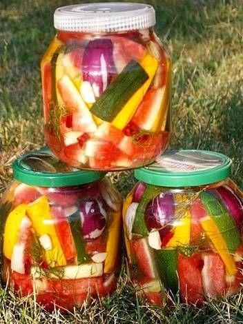 Kovászolt dinnyehéj - Hozzávalók 3 db. 2. l üveg 1 db nagy görögdinnye héja egy kis piros résszel 1 db sárga cukkini 1 db zöld cukkini 4 db lilhagyma 6 gerezd fokhagyma 3 szál kapor 6 evőkanál só 3 szelet kenyér