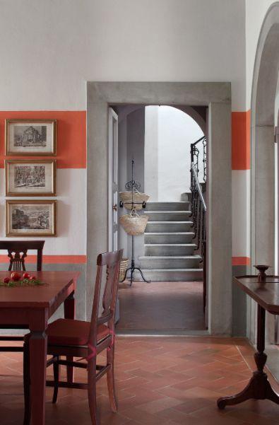 Accostamento dei colori, colori caldi, arancione e grigio - living room - pavimento in cotto