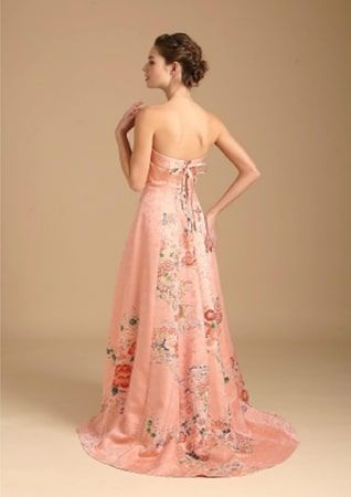 Watabe Wedding has created Shoen, a kimono wedding dress line. Unlike other wedding kimono collections, these gowns are made from antique kimonos.