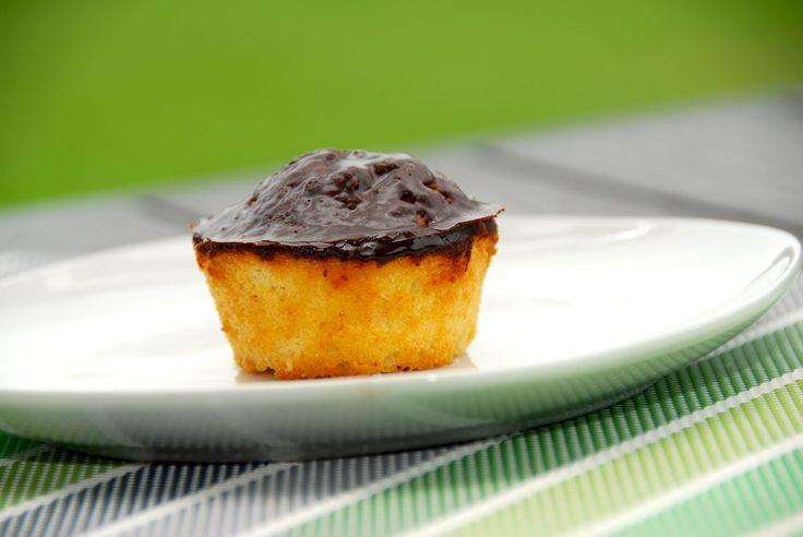 En skøn mazarinkage, der er bagt i muffinsforme. Til sidst overtrækkes mazarinkagerne med kakaoglasur. Husk at kagerne skal sættes i en kold ovn, som derefter sættes på 180 grader varmluft. Foto: Guffeliguf.dk.