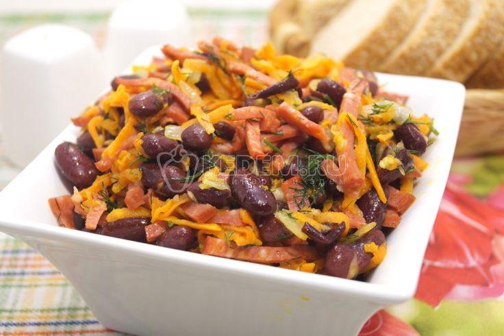 Салат с фасолью:  Ингредиенты: Колбаса сервелат — 100 г Фасоль красная — 1 бан. Луковица — 1 шт Морковь — 1 шт Укроп — пучок Зубчик чеснока — 2-3 шт Растительное масло — 3 ст. л. Соль