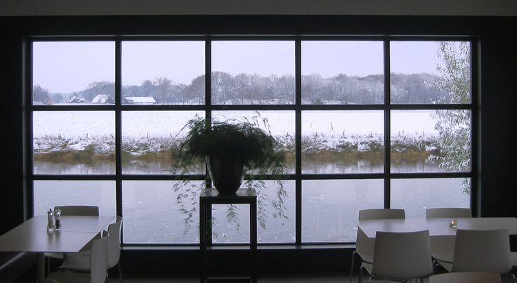 Restaurant Aan de Oever met levensgroot venster op de Vecht #mooirivier #vecht #dalfsen #winter #aandeoever