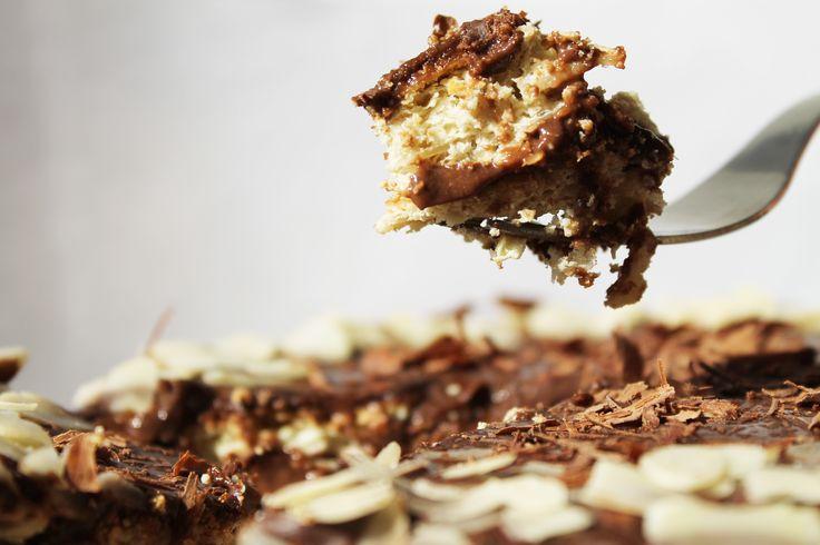 Tort Crocant cu Migdale si Crema de Ciocolata (fara zahar,continut ridicat de proteine , 100% sanatos)