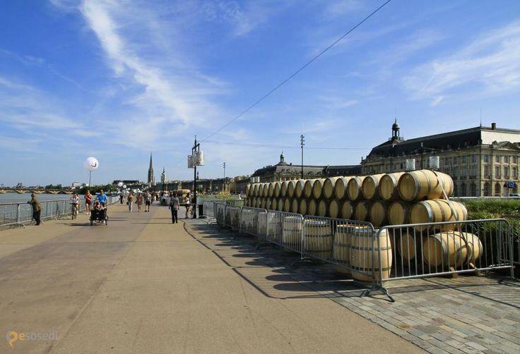 округ Бордо – #Франция #Аквитания (#FR_B) Сегодня в Бордо большой праздник - раз в два года в последних числах июня здесь проходит Фестиваль вина! http://ru.esosedi.org/FR/B/1000069080/ArrondissementofBordeaux/