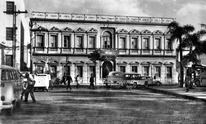 Ninguém lembra mais da fachada da antiga Escola de Artes e Ofícios, depois QG da Região Militar. Vemos o prédio na Rua Pedro Ivo (Praça Carlos Gomes), na década de 1960.