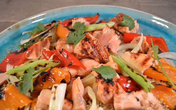 Quinoasalade met zalm, paprika en venkel. Super gezonde salade met #quinoa #zalm #recept