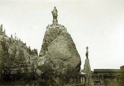 GEOLOGÍA, ARTE ORNAMENTAL E HISTORIA AMERICANA: DEL PEÑÓN DEL HUELÉN A LA ESTATUA DE CARACAS