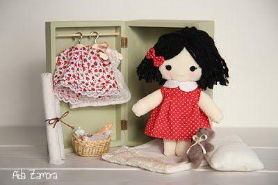 Combinación rojo. Muñeca de trapo personalizada y hecha a mano. Un regalo diferente y exclusivo para niños y bebés. Decoración handmade.