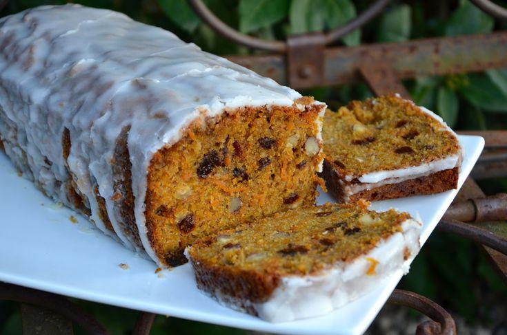 Il y a longtemps que je voulais essayer ce gâteau typique des Etats Unis mais j'étais septique sur l'utilisation de légumes dans les desserts... Mais en fin de compte c'est vraiment délicieux! La présence de carottes rends le cake vraiment très moelleux....