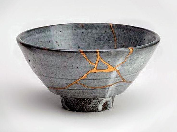 Attraverso la rottura della ceramica si dà nuova vita attraverso le linee di frattura all'oggetto, che diventa ancora più pregiato. Grazie alle sue cicatrici. L'arte di abbracciare il danno, di non vergognarsi delle ferite, è la delicata lezione simbolica suggerita dall'antica arte giapponese del kintsugi.