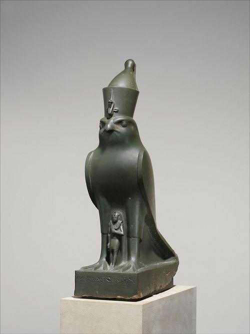 Escultura:  O deus Horus Na  mitologia egípcia, Horus era o deus do céu, da luz e da bondade. Uma  das três grandes divindades do Egito: su...