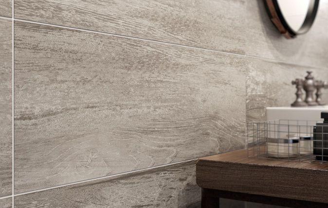 Subtelne struktury zdobiące płytki z kolekcji Pandora powstały z inspiracji ruchem w przestrzeni – subtelnym wdziękiem i lekkością tancerza czy precyzją skoku jeźdźca. Dekory zdobią dwa wzory: delikatny rys drewnianych słojów i efemeryczna struktura. drewno I dom I wnętrze I inspiracja I salon I kuchnia I łazienka I architektura I łaznieka I wooden | home | home inspiration | bathroom I bathroom inspiration I ceramic | ceramic tiles | nature I accesories | plants