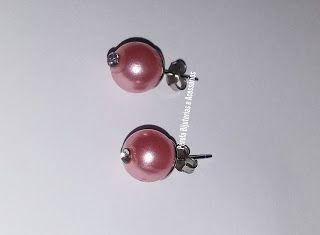 Brincos de pérolas rosas com strass. Uma opção para quem adora peças charmosas e discretas! Peça feita a mão.