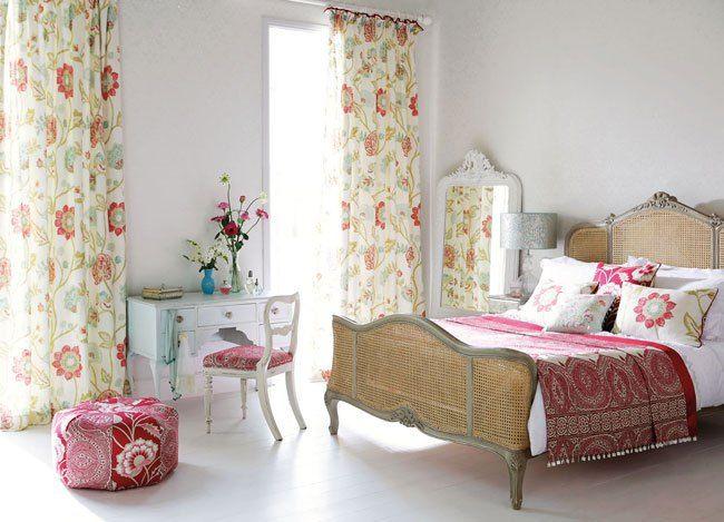 Dormitorio con distintas telas estampadas - Villalba Interiorismo