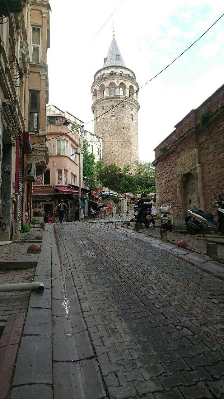 La torre di Galata è una torre in pietra di epoca medievale costruita dai genovesi e situata nel distretto di Galata a Istanbul, in Turchia.