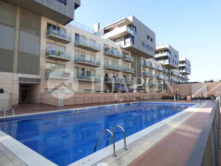 An exclusive apartment of 90m² in Badalona with a swimming pool and sea views, and located near the beach and marina