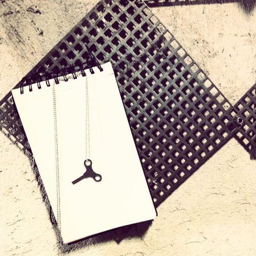 COLLANINA & # 8220; OLIVIA D & # 8221.; BY Clo & # 8217; & # 160 eT ;: la nuova arrivata Nella Collezione di Gioielli di Clo & # 8217; et Design !!!!! La versione in acciaio inox di Olivia, la capostipite dell & # 8217; Intera collezione! Come sempre si riprende il logo delle vecchie chiavi delle Cariche dei carillon & # 8230 ;. per Ricordare ad Ogni donna Che la Indossa Che E ESSA STESSA una sfida ONU giro di carica Positiva ad OGNI SUA giornata !!! Tutta la collezione é pezzo unico Perché…