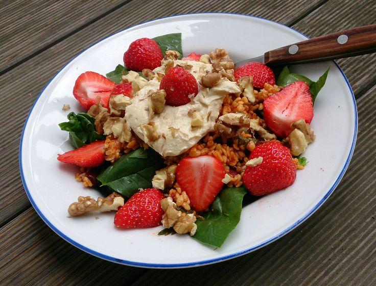 Bulgursalat mit Spinat, Hummus und Erdbeeren | Vegangreenroom