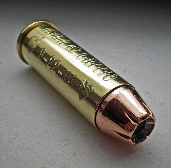 44 magnum Remington bala de recuerdo grabado cumpleaños del padrino de boda personalizada  Usted puede elegir casos de latón o níquel en la comprobación.  Un regalo muy singular para que alguien que ya lo tiene todo. Ideal para regalos de boda, regalos de cumpleaños o simplemente ese día tan especial.  Nombre grabado en el lado de la carcasa de la bala. También es un anillo grabado con cualquier fecha que desee alrededor del extremo de la bala.   Se trata de una bala de fuego. Es en absoluto…