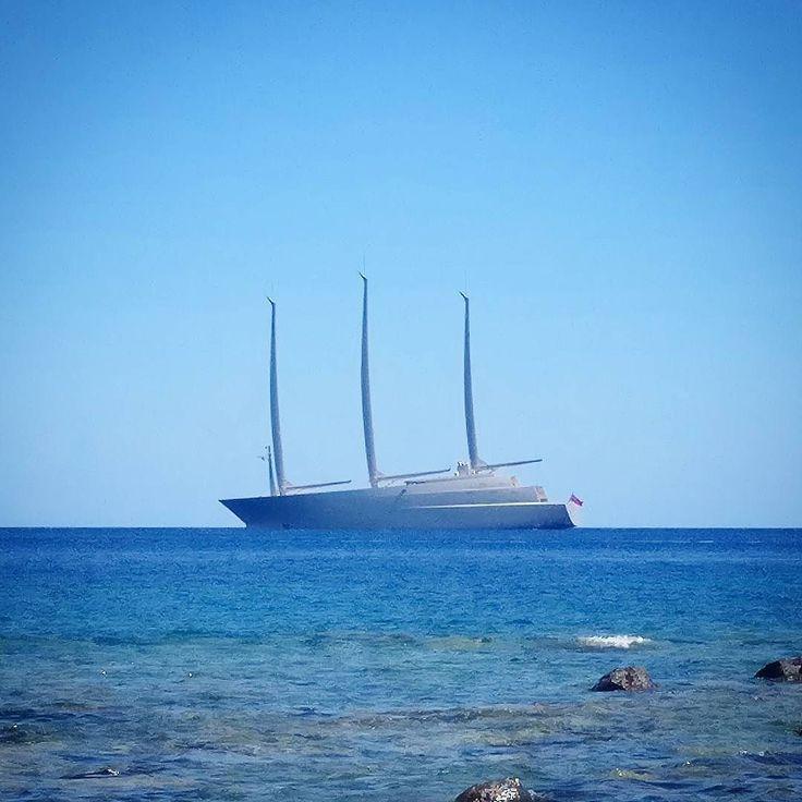 Fikk besøk av Sailing Yacht A på stranden i dag. Massiv doning men kanskje ikke den peneste.