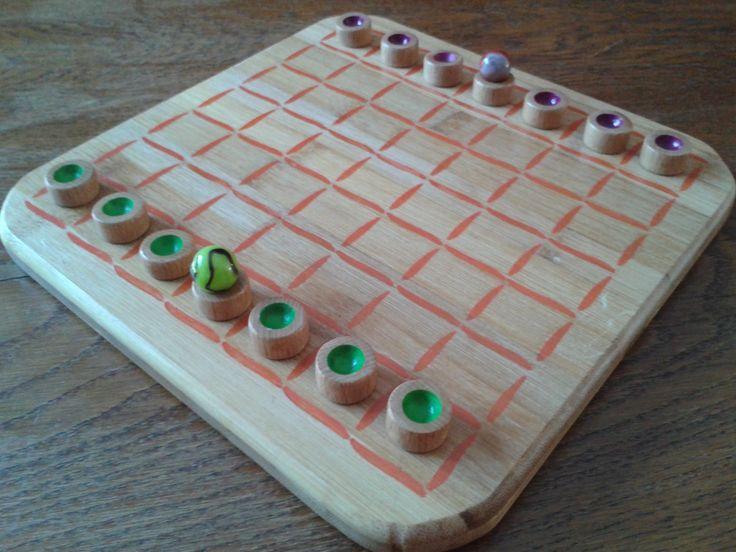 Bonjour à tous, Le jeu de la semaine est le diabalik. J'ai déjà présenté se jeu il y a quelques semaines, c'était la version aimantée. Le diabalik de cette semaine est constitué d'un plateau en bambou et de pions en hêtre. Des billes sont utilisées pour les ballons. Je vous invite à visionner la règle du jeu du Diabalik avec le lien suivant : https://www.youtube.com/watch?v=qUrq-qR8fkQ&feature=youtu.be Bonne semaine et à bientôt sur plaisir d'antan pour d'autres jeux originaux