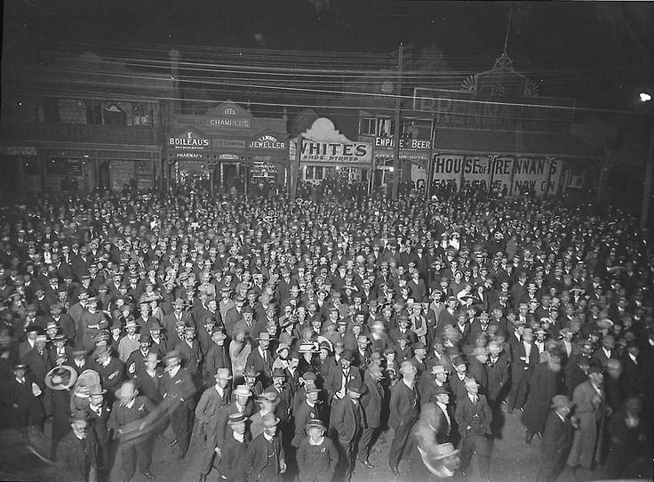 Spot a relative! Imagine being in this Kalgoorlie crowd waiting for the election results, 1900 https://encore.slwa.wa.gov.au/iii/encore/record/C__Rb1913260