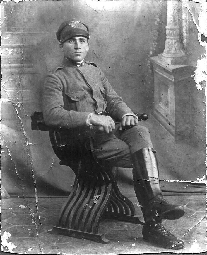 Mio nonno materno, Carmelo Savarino, detto Don Cammelu u' issaru (chi vende il gesso), in una foto ricordo prima di partire per il fronte, 1915.In realtà faceva il tassista ed era famoso per la sua mole, 198 cm.