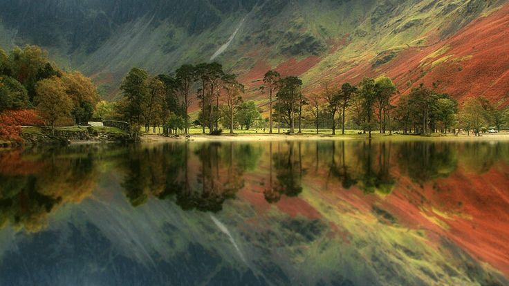 Roger Merrifield. Serie de paisajes británicos otoñales, reflejados en los lagos del norte. Tomada en Buttermere, en el Distrito de los Lagos.