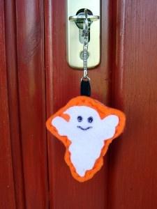 Kreatív ötletek Hallowenra: HALLOWEEN SZELLEM KULCSTARTÓ  http://www.hobbycenter.hu/Unnepek/szellemes-kulcstarto.html