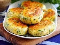 Delicioasele Chiftele din cartofi sunt savuroase, satioase si foarte usor de preparat. Se pot servi ca si aperitive alaturi de diverse dip-uri, dar si ca fel principal de mancare alaturi de o salata simpla.