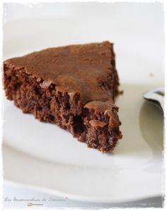 Gâteau moelleux vegan chocolat noix /// Ingrédients pour environ 8 personnes : 150 g de chocolat pâtissier 1 brique de soja cuisine (20cl, vous pouvez tester avec du lait de coco aussi miam) 60 g de poudre d'amande 90 g de sucre 60 g de farine 1/2 sachet de levure chimique Optionnel : Pépites de chocolat, noix, noix de pécan and co (il ressemble à un bon brownie!)