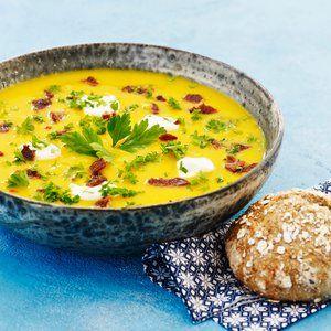 Skær gulerødderne og kartoflerne i skiver og hak løg og hvidløg. Svits det i olien i en gryde. Tilsæt de øvrige ingredienser til suppen med undtagelse af appelsinsaften. Lad suppen snurre ca. 20 min. under låg. Miks suppen jævn med en stavblender eller i en foodprocessor. Smag til med ½ tsk. salt,...