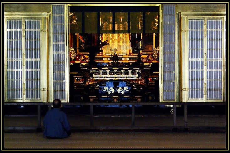Worship through the eyes of ttk | A man praying at the Nishi Honganji temple‎.