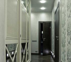 Узкий коридор со светлым шкафом с зеркалами