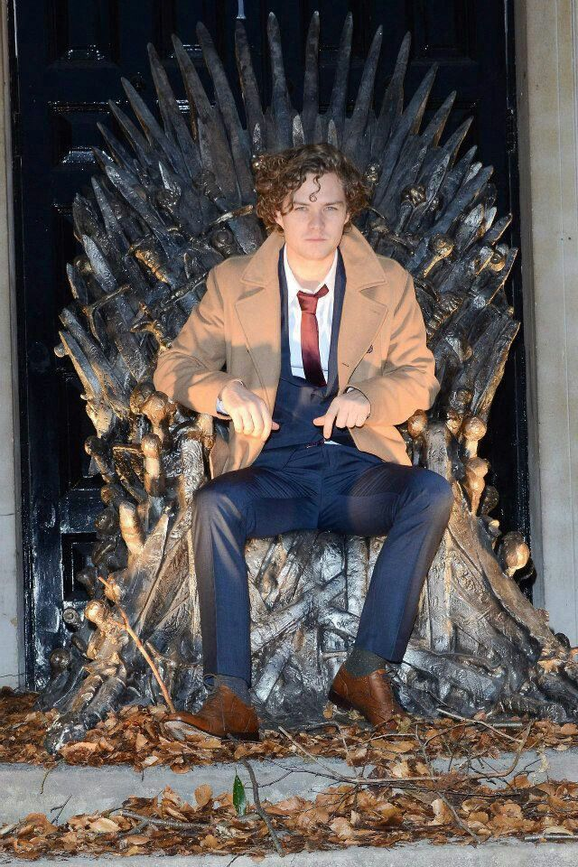 knight of flowers on the throne? in a suit? why not. #gameofthrones