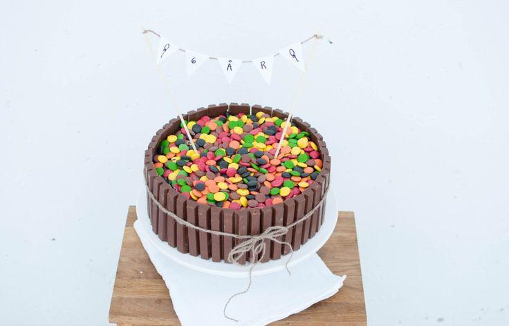 I barnebursdag er det sjokoladekake og gele som gjeld! At kidsa som regel nøyer seg med ein bit av kvar før dei er i gong med å leike er ei anna sak....men også grunnen til at mor i huset valde å g...