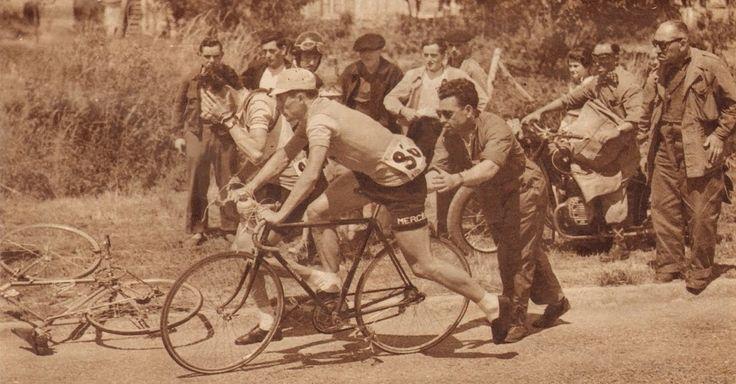 """Tour de France 1953. 7^Tappa, 9 luglio. Le Mans > Nantes. Cambio di bicicletta """"al volo"""" per Roger Hassenforder (1930), che monta sul mezzo di Georges Meunier (1925-2015), a sin., ancora contuso per la caduta [But et CLUB. Le Miroir des Sports]"""