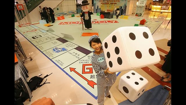 diy life size board games. This would be SOO cool!