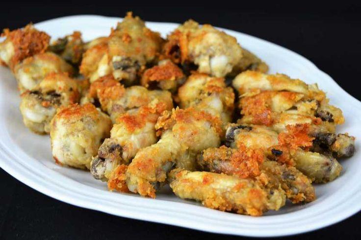 Solo con ajo y un poco de harina puedes aderezar unas alitas de pollo para conseguir un platazo. La idea la comparten desde COCINA FAMILIAR CON JAVIER ROMERO.