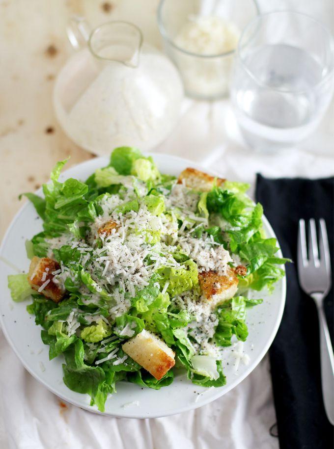 Heute ist der Tag der Tage – es ist nicht nur ein normaler Montag, es ist der Montag, an dem ich mein Ceasar-Salad Dressing raushaue. Ich weiß, für viele wird das jetzt etwas dramatisch klingen, aber dieses Rezept liegt mir so sehr am Herzen, wie kaum ein anderes und es hat mich auch schon vor …