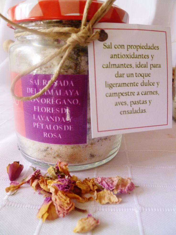 Sal rosada del Himalaya con orégano, flores de lavanda y pétalos de rosa