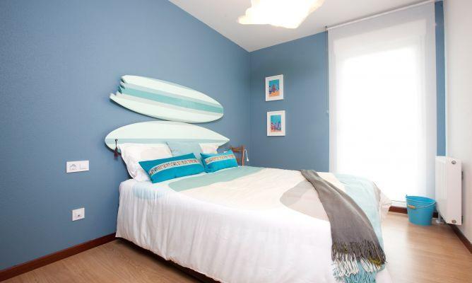 Dormitorio ambientado en el mar, reciclando tablas de surf..