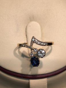Geel gouden ring gezet met diamanten en saffier. Totaal 0.50 ct.