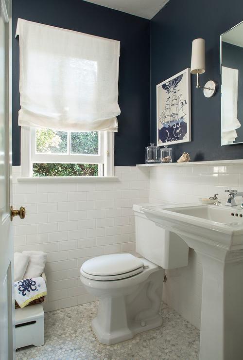 Ideas para decorar el baño de la Armada: azulejos blancos del metro, paredes pintadas de azul marino, …