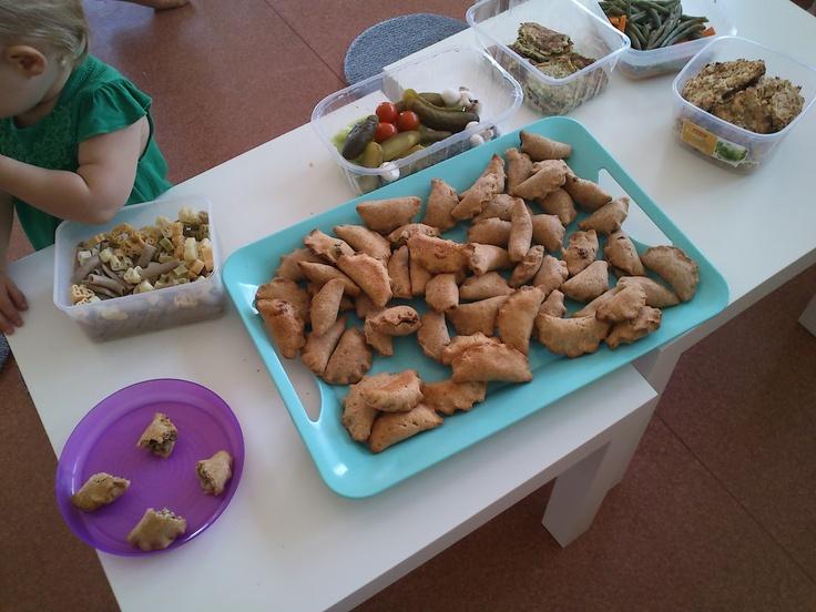 Bobas Lubi Wybór: placuszki z cukinii-cudo! Jeszcze tylko spora garść bazylii i naprawdę 2 duże ząbki czosnku. I dopiec w piekarniku