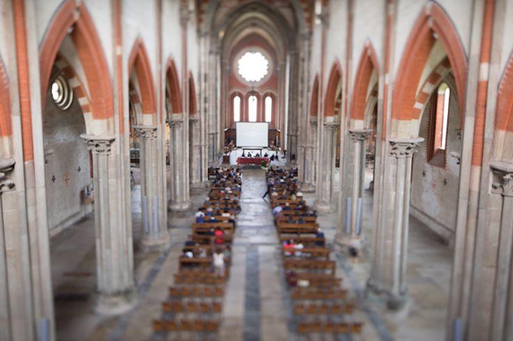 La navata centrale dell'abbazia di sant'Andrea vista dall'organo a canne,  costruito nel 1839 dall'organaro bosino Luigi Maroni Biroldi.